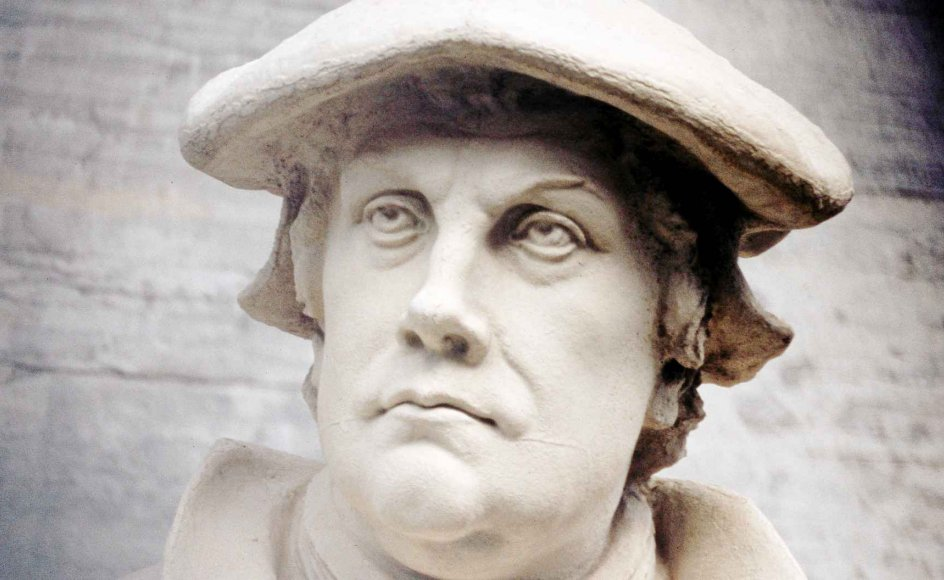 Luthers reformation vandt relativt hurtigt frem i Dan-mark og med den idéen om, at det var religiøst nødvendigt at få en dansk oversættelse af Bibelen, danske salmer og en gennemført dansksproget gudstjeneste. –