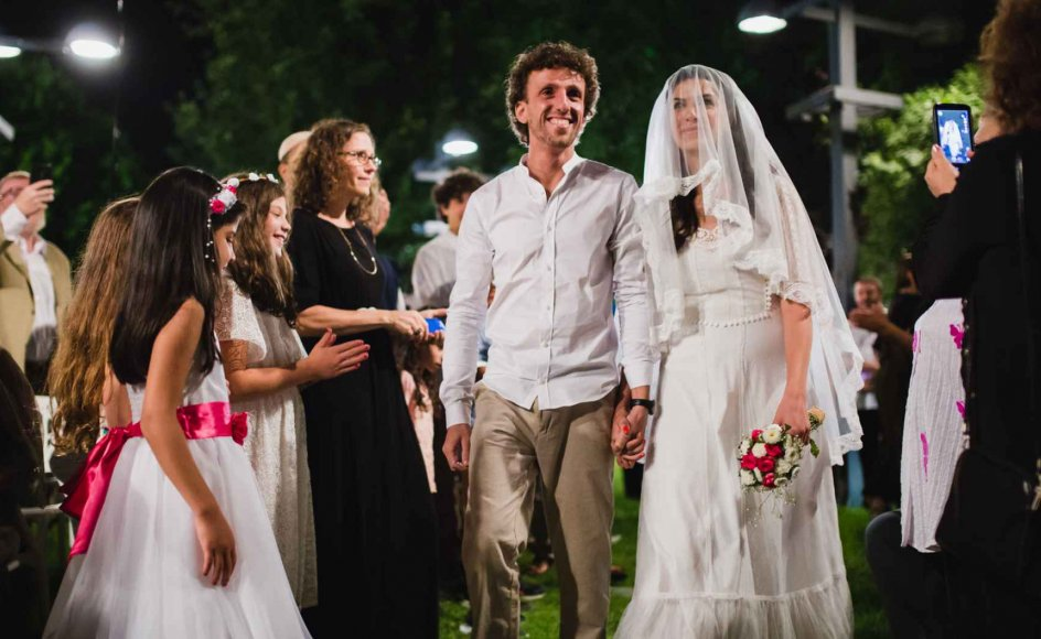 Kobi Levin og Yael Muhtar er begge fra ortodokse jødiske familier og tilhører dermed en af de få grupper, der lovmæssigt kan blive gift i Israel.