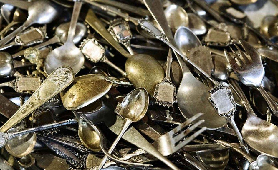 """""""Der er en ældre generation nu, som nok er de sidste nulevende, der virkelig ser sølvtøj som ting, der er værd at eje og bruge. Hvis yngre generationer overhovedet har det, så nænner de ikke at bruge det eller også sælger de det for at få pengene. De forstår ikke rigtigt konceptet,"""" siger Karin Cohr Lützen."""