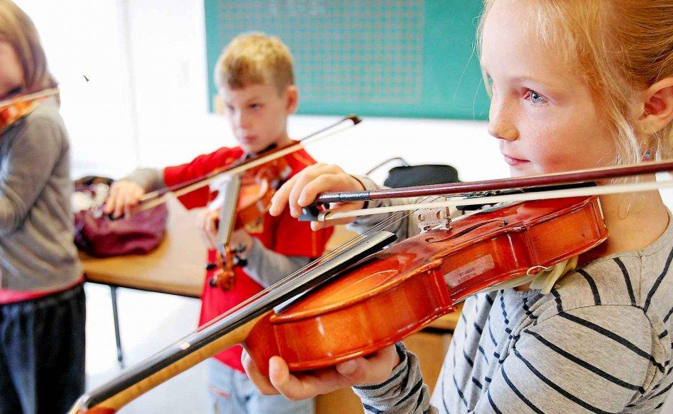 Børn præsenteres alt for sjældent for kulturelle oplevelser, mener Dorthe Foged. Her ses elever fra Hornbæk Skole i gang med violinundervisning.