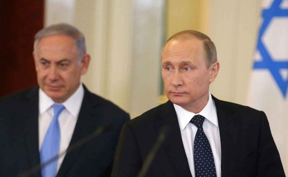 De seneste fredsforhandlinger mellem parterne i Mellemøstkonflikten brød sammen i 2014. Nu vil den russiske præsident gentage forsøget. Tidligere på sommeren mødtes Vladimir Putin (th.) med Benjamin Netanyahu i Rusland.