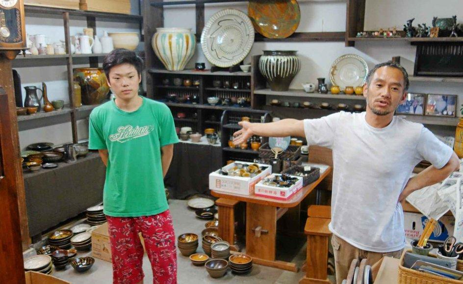 """Det ganske særlige ved """"ontayaki"""" er, at landsbyens familiers mandlige medlemmer gennem generationer har produceret keramik, præcis som deres forfædre gjorde det for 300 år siden. 47-årige Koji Sakamoto deler værksted med sin 21-årige søn, Takuma, der allerede har vundet flere priser for sin keramik. –"""