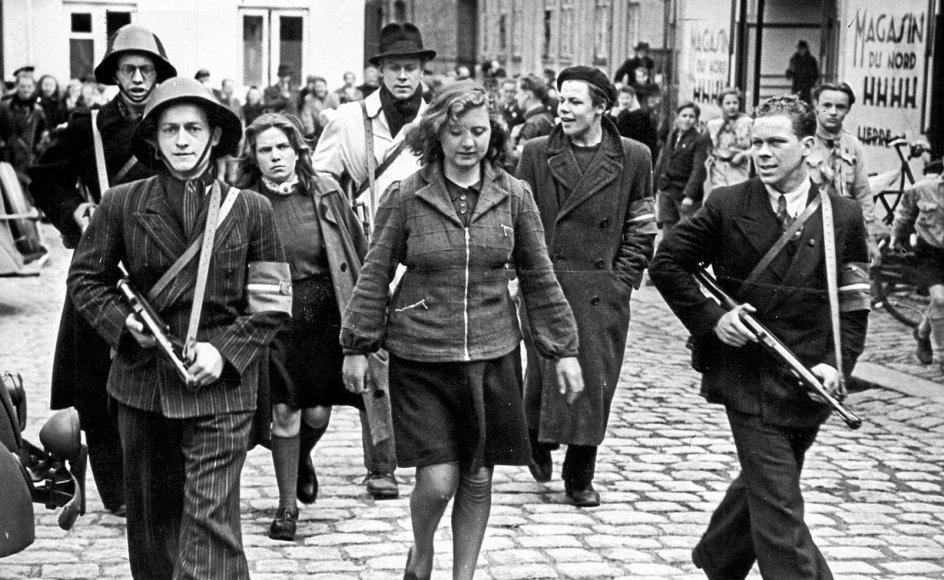 Lige fra besættelsens begyndelse i 1940 foregik der chikane af danske piger, der havde intime forhold til tyske soldater, og efter befrielsen oplevede kvinderne overfald og kronragninger. Her føres to formodede tyskerpiger til domhuset i København.