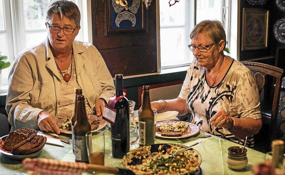 Sanne Paulsen (tv.) og Else Marie Foged er blandt de gæster, der er på udflugt til Hvidsten Kro nord for Randers. Med til bords sidder også Tove Knudsen, og stedets historie betyder meget for, at alle tre gerne vil besøge stedet.