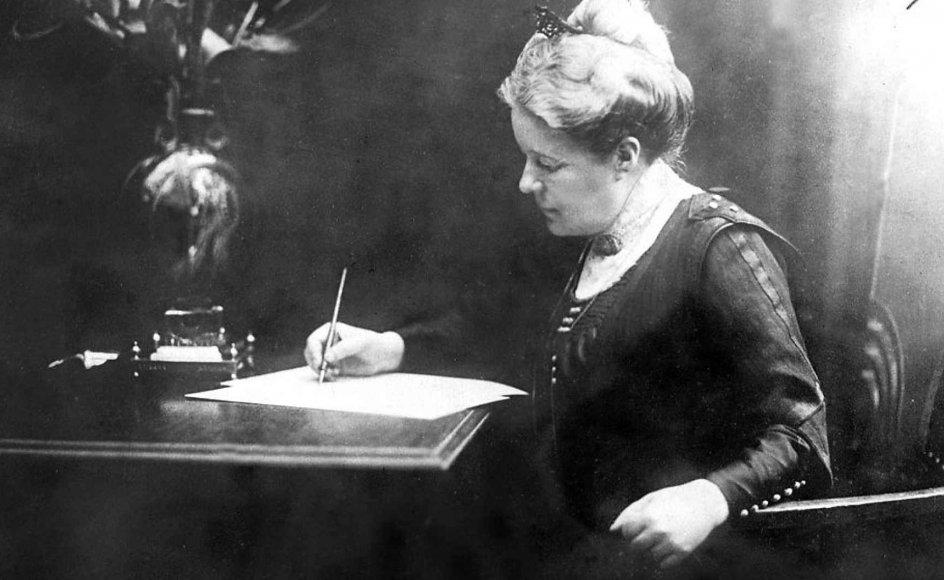 Forfatterdebutant Siri Ranva Hjelm Jacobsen er betaget af Selma Lagerlöf, der her ses ved sit skrivebord.