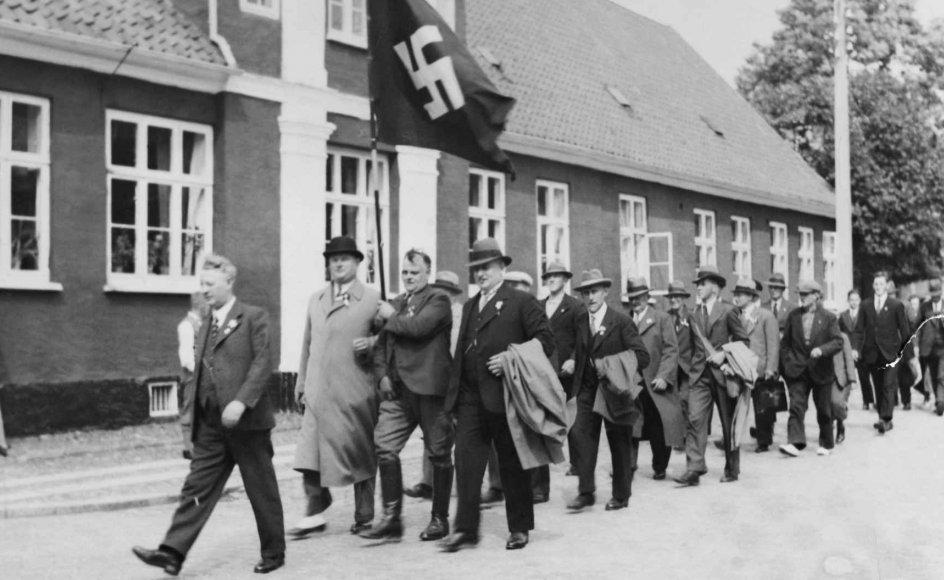 Det Tredje Riges sprog ikke kun er på vej tilbage i Tyskland, men vinder også flere og flere tilhængere i resten af Europa og ikke mindst her i Danmark. Og det er kritisk, skriver sognepræst. På billedet ses danske nazister organiseret i DNSP marchere i gaderne i forbindelse med et nazistmøde i Fredericia i 1935.