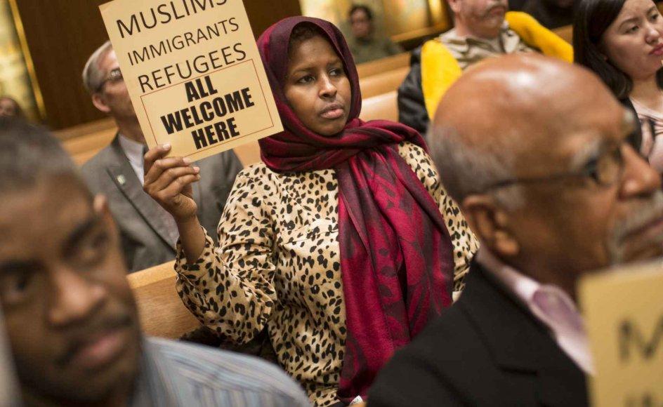 Tal fra FBI viser en stigning i antallet af hadforbrydelser mod muslimer og jøder på henholdsvis 67 procent og ni procent fra 2014 til 2015, skriver NTB. Nu er to store organisationer for jøder og muslimer blot én uge efter valget gået sammen om at danne en ny  alliance for at bekæmpe den stigende diskrimination. Billedet er fra et møde i Minnesota før valget.