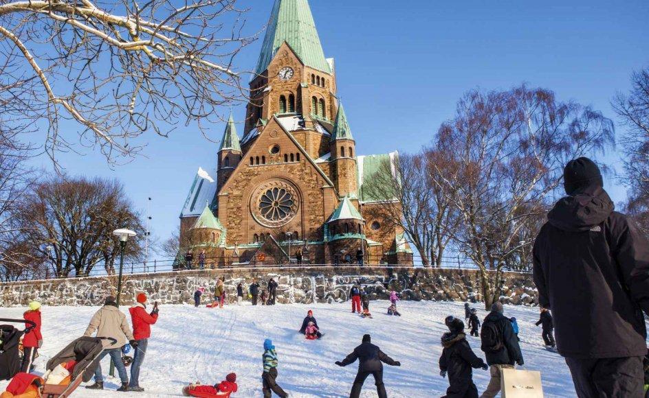 Over 80.000 svenskere har i år meldt sig ud af den svenske kirke i 2016. Her nyder beboerne i Stockholm naturen uden for en kirke i Vitabergsparken.
