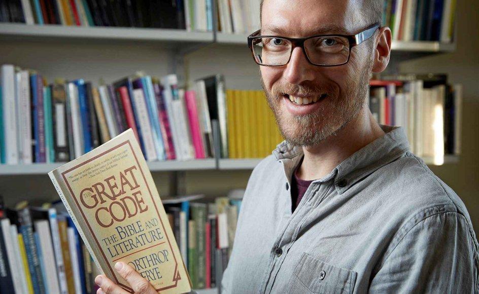 Jakob Ladegaard, lektor i litteraturhistorie på Aarhus Universitet, opfordrer ofte nye studerende til at læse Biblen, da den rummer fantastiske fortællinger til forståelse af hele litteraturhistorien.