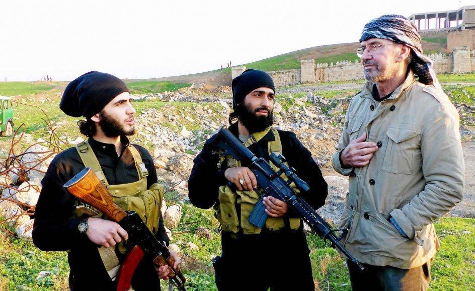 """Jürgen Todenhöfer i samtale med et par IS-krigere, som var med til at indtage den irakiske storby Mosul i 2014. Den ene sagde til den tyske journalist, at han vil dræbe ham, når Islamisk Stat kommer til Tyskland: """"Vi er fjender. Tag ikke fejl af det."""" –"""