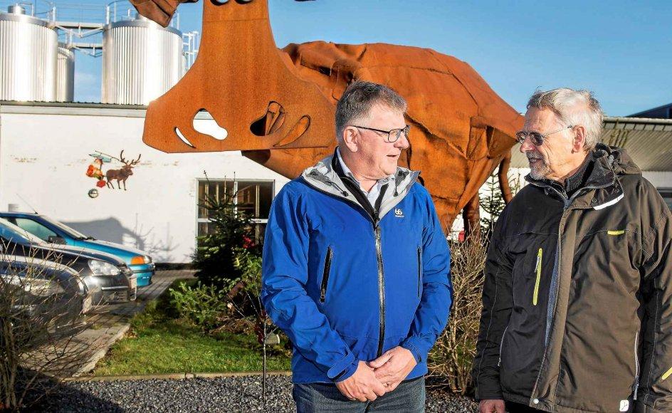 Jens Handrup (th.) var en af syv økologiske landmænd, der for snart 30 år siden gik sammen og stiftede Thise Mejeri med mejeriejer Peter E. Pedersen som samarbejdspartner. I dag er hans søn Poul Pedersen (tv.) administrerende direktør for mejeriet. –