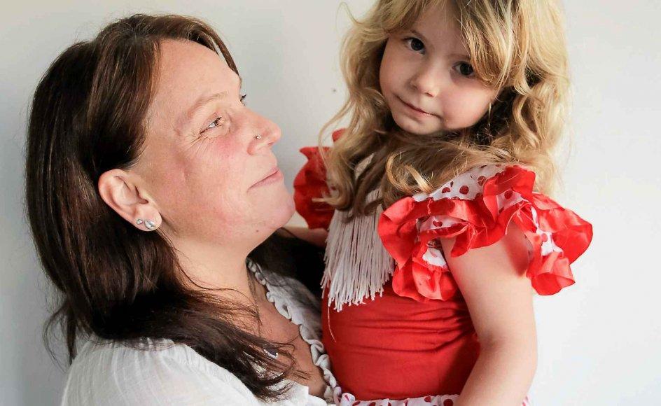 Elin Rønsted og datteren Henrietta på fire år. Familiens hverdag er præget af den stramme økonomi, men for Henrietta har det været et lyspunkt, at hun har fået tilskud til at deltage i danseundervisning af Røde Kors og Egmont Fonden. –
