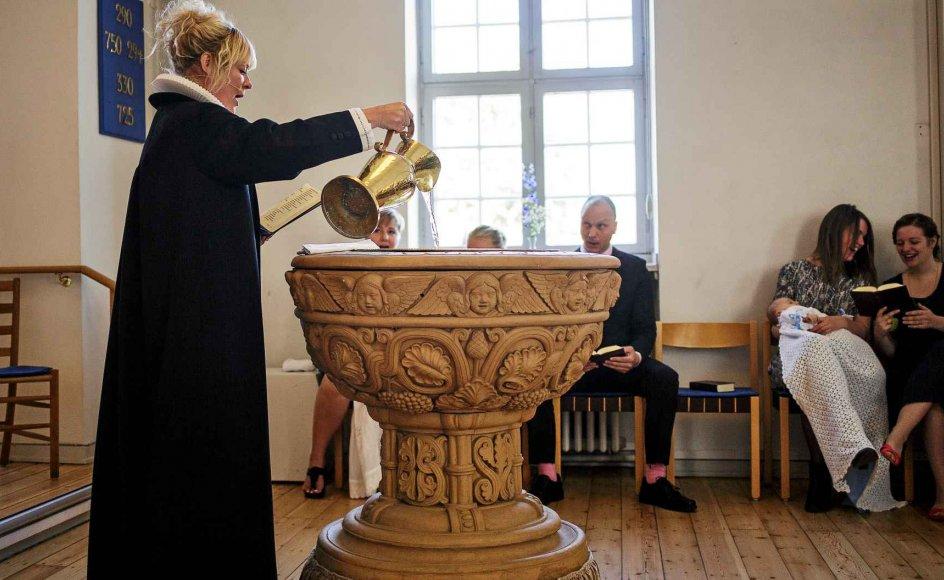 Flere iagttagere peger på det faldende dåbstal som en af de udfordringer, der kommer til at sætte dagsorden for både intern selvransagelse og politisk diskussion i 2017. Her ses forberedelserne til en dåb i Frederiksholm Kirke i København. –