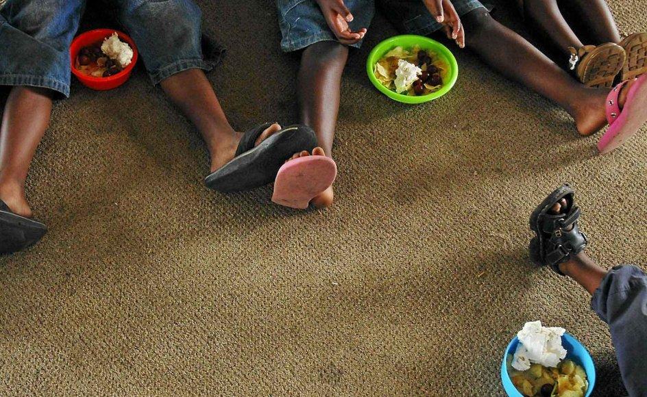 En gruppe børn er samlet om et måltid på et børnehjem i Sydafrika, der er det land, som Danmark har adopteret flest børn fra i de sidste 10 år.