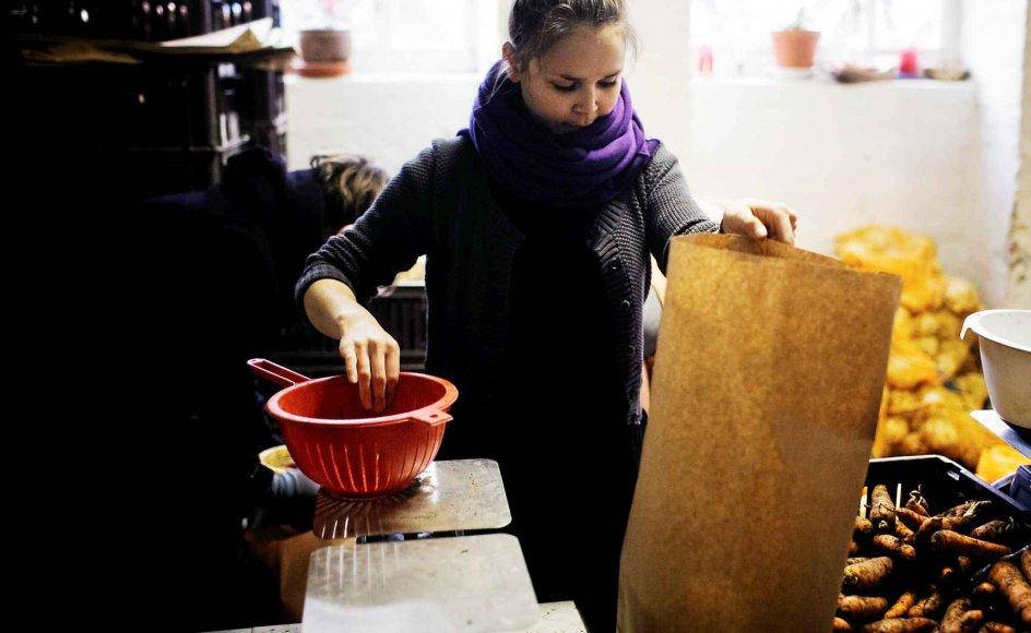 Billedet her er fra Nørrebro-afdelingen af Københavns Fødevarefællesskab, der er en sammenslutning, hvor almindelige mennesker er gået sammen om at få økologiske varer til byen. Når man melder sig ind i fødevarefællesskabet, har man en fast arbejdsdag nogle timer om ugen, hvor man hjælper til i fællesskabets butik. Her pakkes grøntsager i poser. –