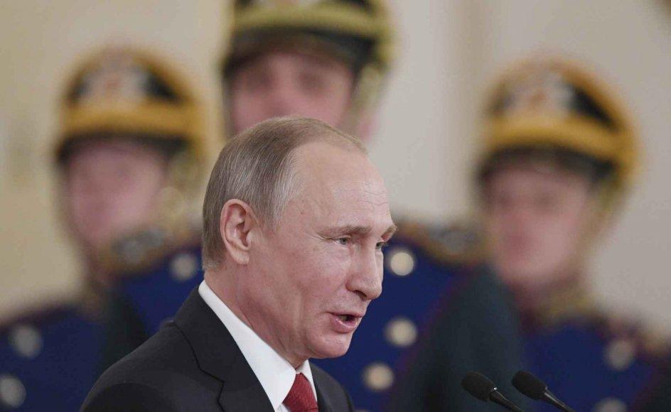 """""""Direkte linje til Putin"""" er den årlige forsikring til befolkningen om, at Putin hører folket, forstår folket og er på folkets side i kampen mod alt det, der gør livet surt. Og pakken må på syttende år siges at virke. Opbakningen til Putin i meningsmålingerne er skyhøje, og regimet virker stabilt her i slutningen af dets andet årti."""