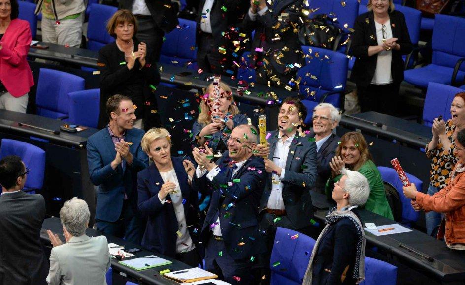 Parlamenta-rikere fra partiet De Grønne fejrer, at Forbundsdagen i Berlin i går besluttede at legalisere ægteskab mellem folk af samme køn. –