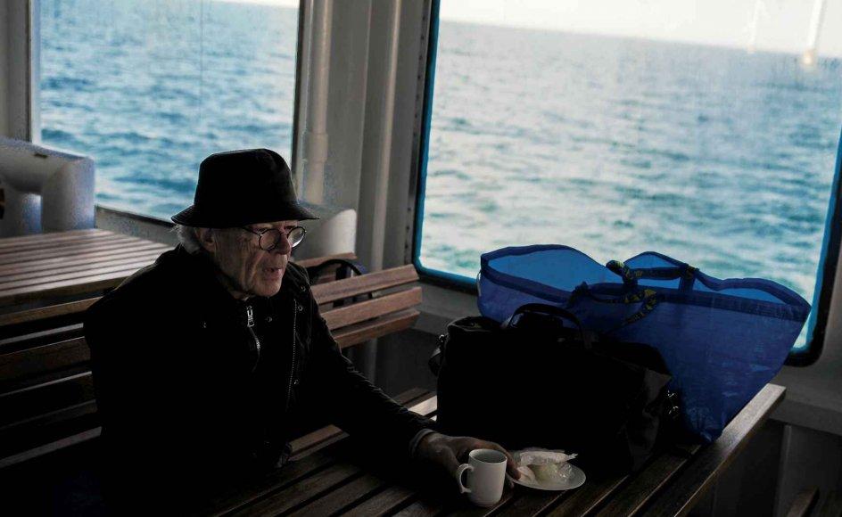 """76-årige Jens Gammelgaard er kommet på Anholt det meste af sit liv. """"Den tre timer lange tur er nødvendig for at få sjælen med,"""" udtrykker han stilfærdigt på færgen på vej mod Anholt, hvor stigende vandstande er begyndt at sætte sit præg på øen. –"""