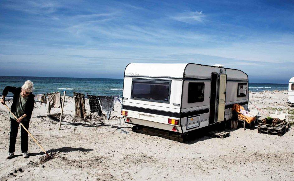 """Susanne Müller, 74 år og fast sommergæst på Anholt Camping gennem 18 år. Hun er livsnyder og elsker at være tæt på stranden. Alligevel er hun ikke begejstret for, at udsigten fra hendes campingvindue er blevet væsentligt bedre med årene. """"Jeg har været her i mange år nu og set, hvordan stranden bliver ædt op med hastige skridt."""""""