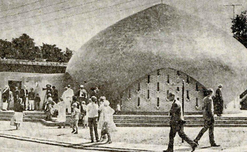 Moskéen er tegnet af arkitekt J. Zachariasen og har plads til 120 bedende. Bygningen er erklæret bevaringsværdig. –