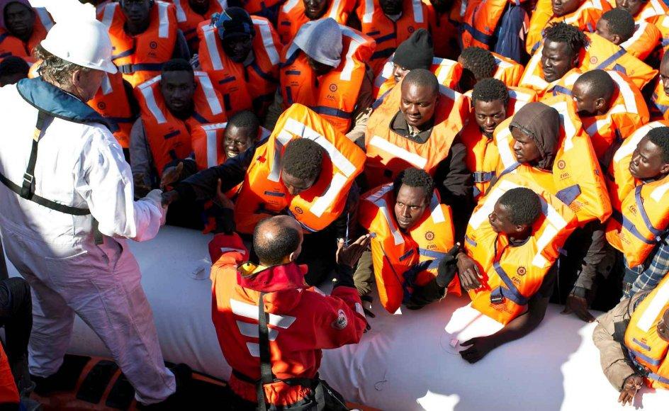 """Den tyske kaptajn Klaus Vogel kan ikke forstå, at beretningerne om de mange døde i Middelhavet ikke skaber flere overskrifter. """"Jeg havde regnet med, at europæerne ville rejse sig i harme over, at Mare Nostrum blev nedlagt. Men intet skete. Jeg mener, at vi alle har et ansvar for at handle, der hvor vi kan,"""" siger han om den nedlagte humanitære operation i Middelhavet, der fik ham til at danne SOS Méditerranée, hvis skib """"Aquarius"""" samler nødstedte migranter op fra havet. Her ses Klaus Vogel i hvid dragt i forbindelse med en redningsaktion i Middelhavet."""