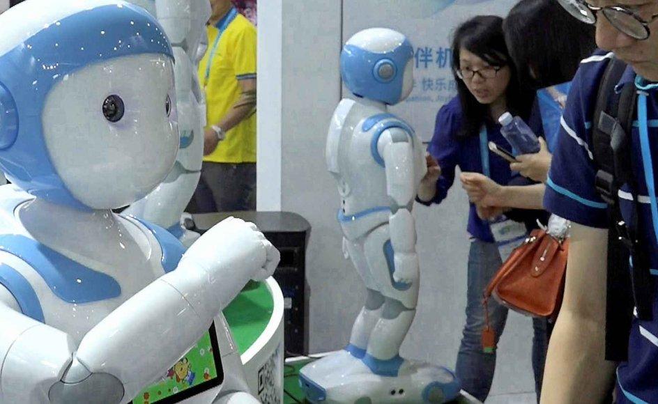 """""""Kunstig intelligens og robotter vil gøre os til bedre mennesker, fordi de konfronterer os med etiske spørgsmål og tvinger os til at udvikle vores moralske standpunkter,"""" siger den amerikanske fremtidsforsker Kevin Kelly. På billedet kigger en besøgende nærmere på en robot på en elektronikmesse i Shanghai, Kina. –"""