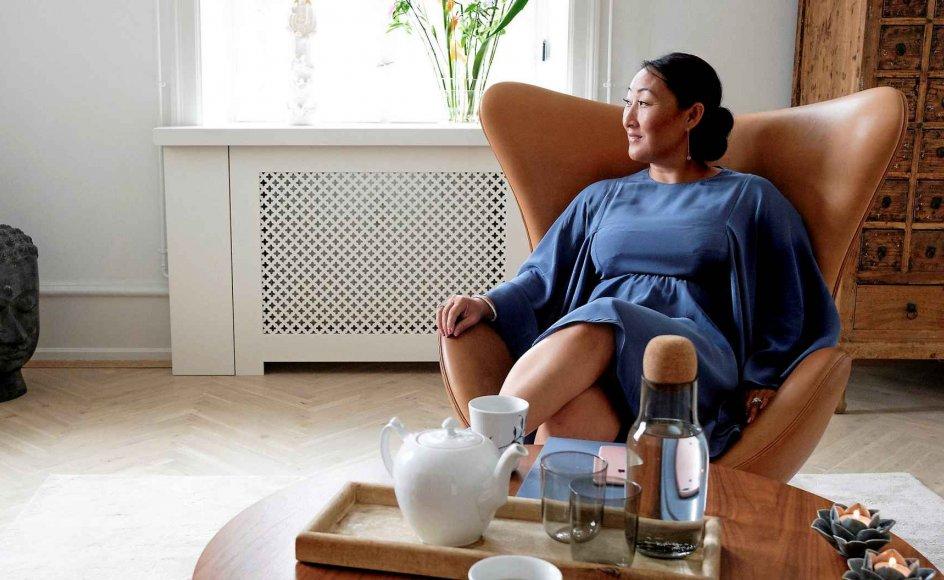 Clairvoyant Rikke Hertz rådgiver sine erhvervsklienter i et lyst tårnværelse i Københavns indre by.