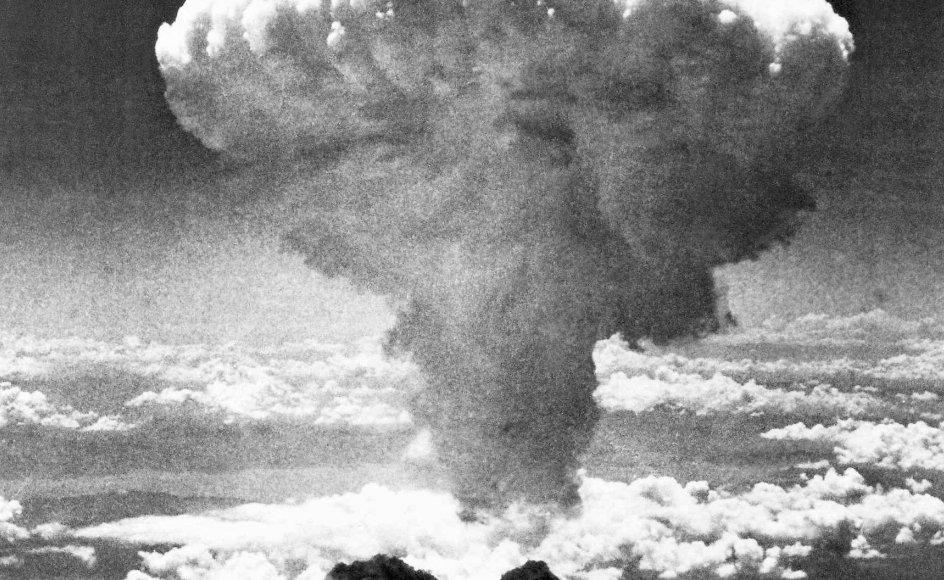 En sky rejser sig, kort efter at USA har kastet en atombombe over Nagasaki den 8. august. –