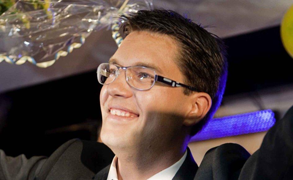 De første mange år efter stiftelsen i 1988 var Sverigedemokraterne i høj grad præget af højreekstremistiske og nynazistiske kræfter. Det har aldrig været tilfældet med Dansk Folkeparti og heller ikke med forgængerpartiet Fremskridtspartiet. Her ses Sverigedemokraternes formand, Jimmie Åkesson.