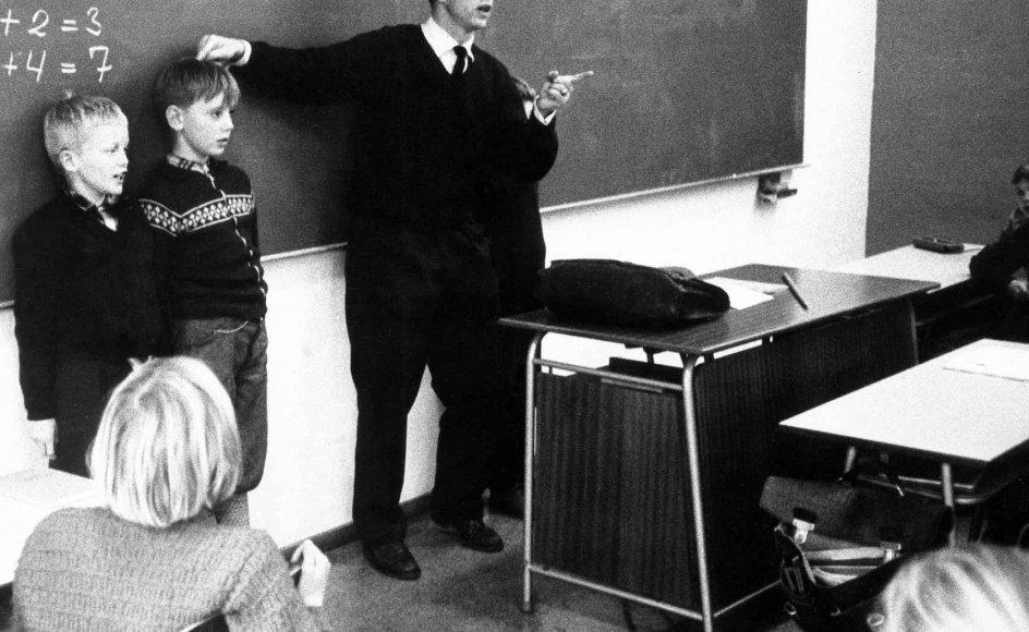Men for 50 år siden, den 1. august 1967, var det slut. Afskaffelsen af revselsesretten – det såkaldte spanskrørs-cirkulære – trådte i kraft, og herefter var det forbudt for lærere at afstraffe eleverne korporligt. Her en lærer med sine elever i 1959. Arkivfoto