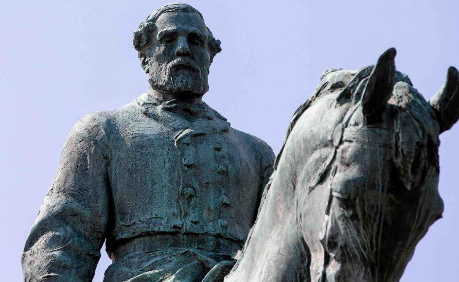 I Charlottesville var stridens kerne byens beslutning om at nedtage en historisk statue af sydstatshærens øverstkommanderende, general Robert E. Lee, som ellers i mange år er blevet opfattet som en skikkelse, der kunne samle USA.