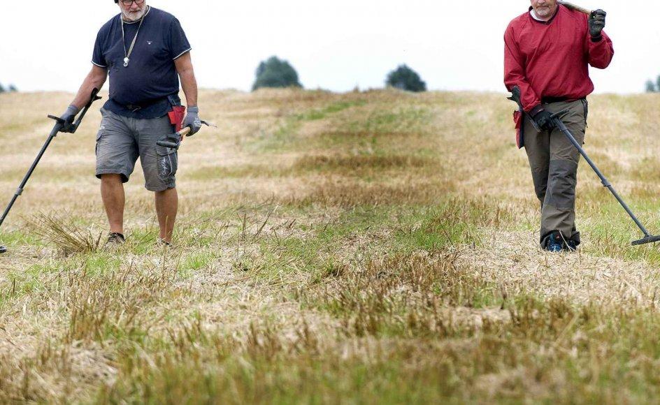 Marken her ved Værløse i Nordsjælland er rig på fund af både fortidsminder – og værdiløse patronhylstre efter militærøvelser. Freddy Arntsen (med rød trøje) og Ole Harpøth er begge erfarne amatørarkæologer.