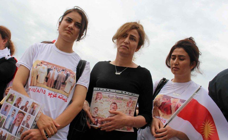 Nejla Mato (i midten) ses her sammen med to andre yazidi-aktivister til en mindehøjtid for Sinjar-massakren den 3. august i år i Berlin i Tyskland. De holder billeder af slægtninge, der er kidnappet af IS i byen Sinjar i det nordlige Irak.