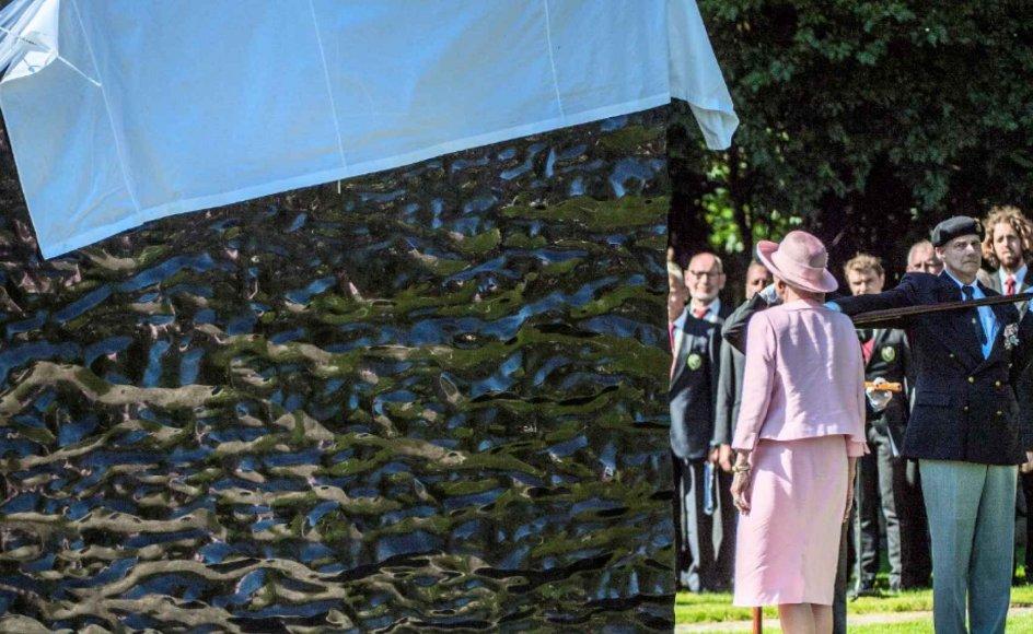 """Dronning Margrethe afslørede tirsdag billedkunstneren Per Arnoldis """"Sortladne Hav"""" ved en højtidelighed i Mindelunden i Ryvangen ved København."""