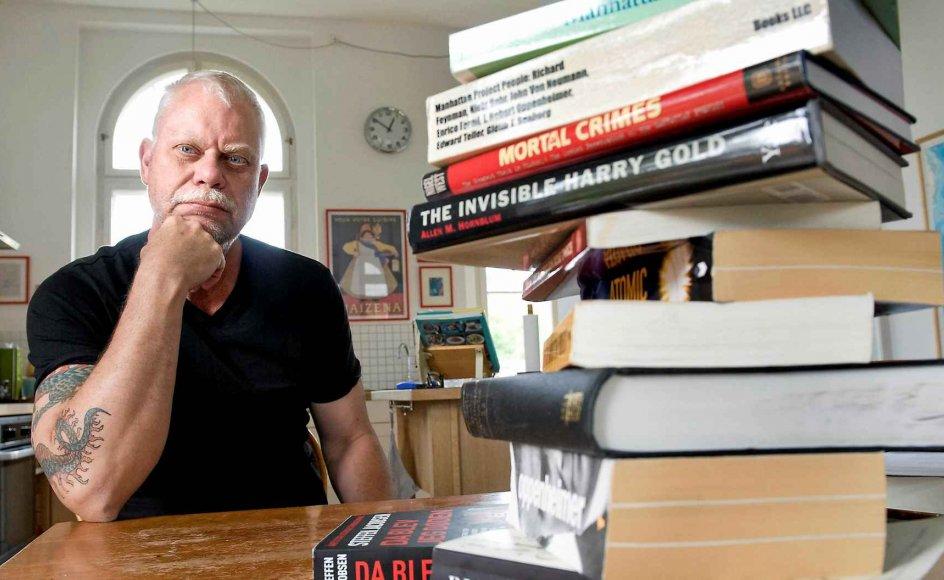 Steffen Jacobsen, der her ses i hjemmet i Birkerød, brugte et halvt år på at stave sig igennem mange bøger om Niels Bohr, Oppenheimer og Manhattanprojektet, inden han følte sig klar til selv at skrive om atombombens tilblivelse i romanform. –