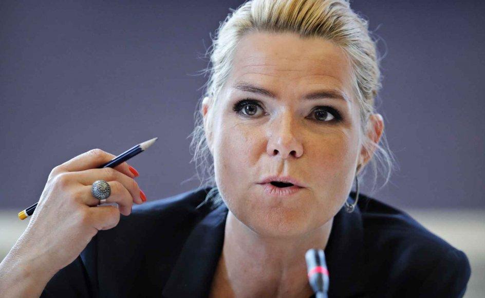Udlændinge- og integrationsminister Inger Støjberg (V) har på Facebook delt et billede af, at baggrundsskærmen på hendes iPad er en af de omstridte Muhammed-tegninger. Hun hylder samtidig tegningerne for at være med til at definere Danmark som et frit samfund.