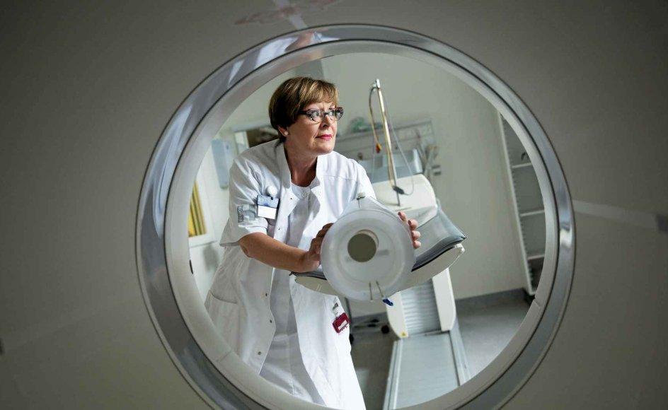 """Klinikchef Liselotte Højgaard er chef for den afdeling på Rigshospitalet, som scanner blandt andre kræftpatienter. Hun kritiserer i den nye bog """"Hvordan får vi verdens bedste sundhedsvæsen?"""" forholdene i sundhedsvæsenet. Det står så dårligt til, at det nu går ud over patienterne, lyder advarslen fra klinikchefen."""