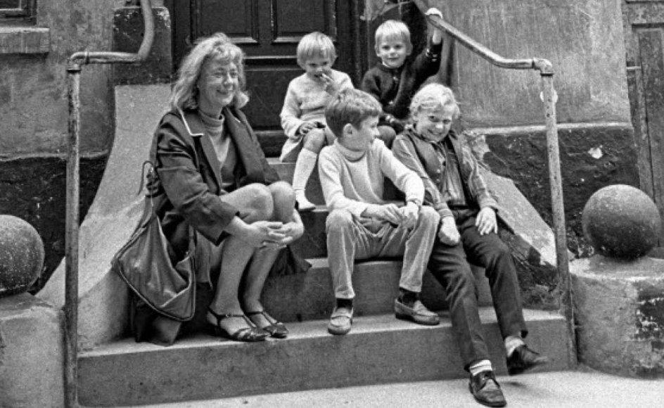 Billedet er fra 1967, hvor Tove Ditlevsen selv genbesøger sin barndomsgård på Hedebygade på Vesterbro i København.