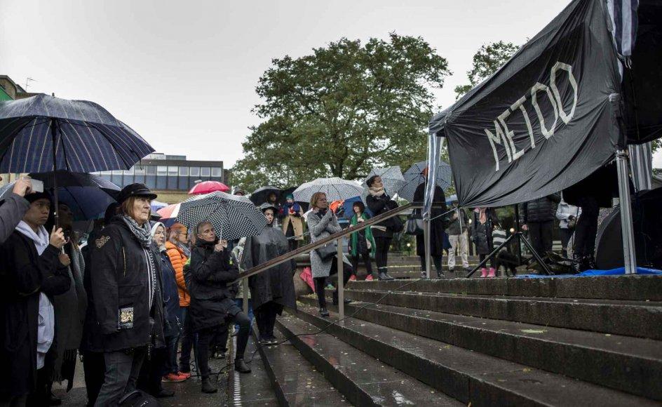 I Sverige har #metoo-kampagnen udfoldet sig noget mere eksplicit end herhjemme. Ifølge den svenske avis Aftonbladet er to af avisens medarbejdere på det sociale medie Instagram med navn blevet anklaget for voldtægt, og avisen er efterfølgende blevet mødt med krav om at publicere navnet på i hvert fald den ene medarbejder.