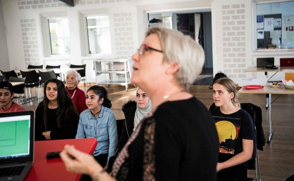 Græsted Kirke oprettede i februar i år en lektiecafé, der holder til i lånte lokaler hos Indre Mission i den nordsjællandske by Græsted. Her forklarer lærer Hanna Kiel Asmussen, der er aktiv i lektiecaféen, hvordan deltagerne kan bruge et særligt computerprogram til at lære dansk. –