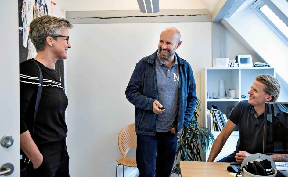 Lægerne Jannik Falhoff (th.) og Hans Christian Kjeldsen er her sammen med deres kollega, sygeplejerske Brit-Inge Vohnsen. –