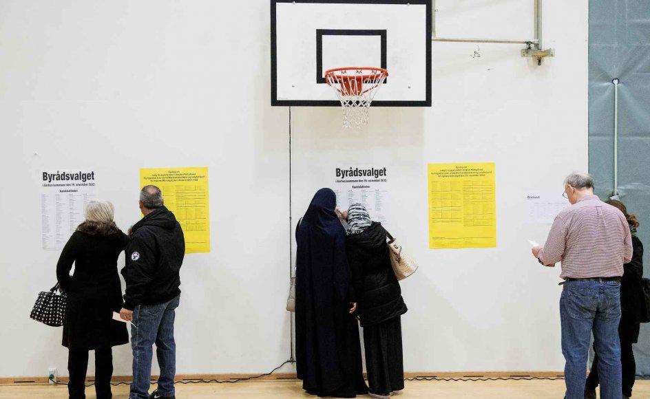 Statsborgere fra ikke-vestlige lande kan stemme til kommunal- og regionsrådsvalg, hvis de har boet i Danmark i mere end tre år. Det vil flere partier lave om på. Billedet er fra det seneste kommunalvalg i Aarhus. – Arkiv