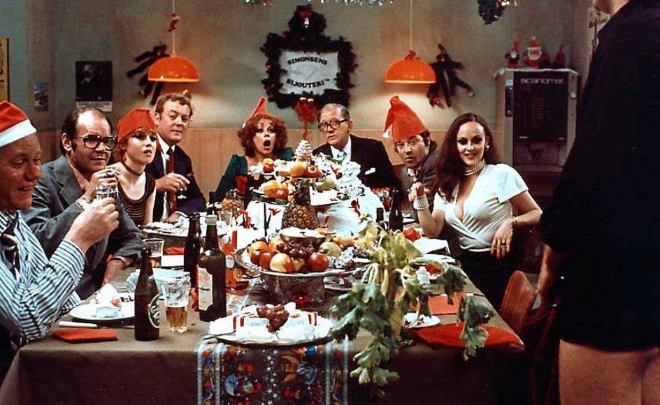 """I 1976 kom filmen """"Julefrokosten"""" med blandt andre Preben Kaas (tv.). Den manifesterede den voksende forestilling om julefrokoster som noget vildt og vovet og forårsagede en markant fremgang for julefrokostkonceptet. Men med MeToo-bevægelsen går udviklingen måske snart i modsat retning igen. –"""