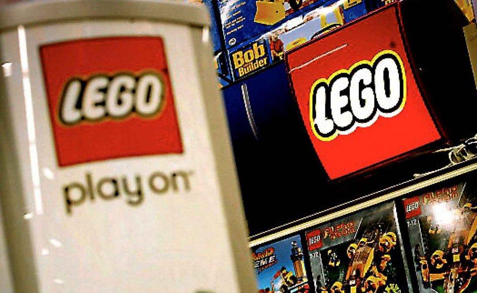 Når gaverne under træet bliver åbnet, vil børnenes pakker være fyldt med engelske ord, som har sneget sig ind i vores sprog, påpeger formand for Den Danske Sprogkreds Lise Bostrup. Det skyldes en kommercialisering af sproget, som bliver styret af en interesse for at sælge ensartede produkter i hele verden. Et eksempel er Lego, som fik sit navn ved at sammensætte de danske ord Leg Godt, som bruger uforståelige anglicismer: Lego boost gør det seje endnu sejere, og børnene skal lokkes ti