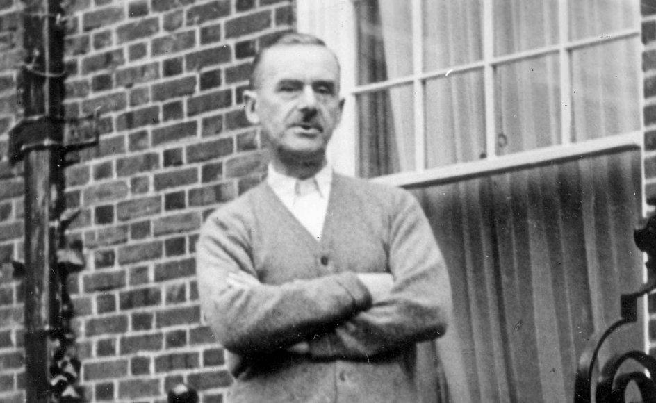 Troldmanden, som både hustru og seks børn kaldte deres mand og far Thomas Mann, var en fysisk fraværende far, der fyldte alt i børnenes hoved. –