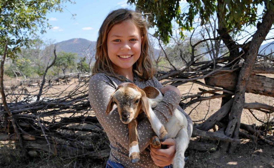 13-årige Signe Refslund-Nørgaard er født i Danmark, opvokset i Tanzania og er nu tilbage i danske Klovtoft uden for Aabenraa. Hun er det, man kalder tredjekulturbarn. For hun føler sig hverken helt dansk eller helt afrikansk. – Privatfoto.