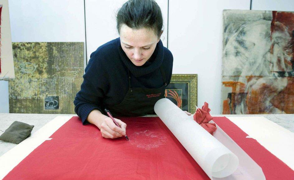 40-årige Sille Bræmer Enke er uddannet papirkonservator, men har for nylig fået en helt ny type opgave, nemlig at forgylde mærker på silkefaner. Det har blandt andet forsvaret brug for, men der er ikke nogen tilbage, der mestrer den gamle teknik. Derfor har hun efteruddannet sig. Men den store tålmodighed, arbejdet kræver, har hun altid haft.