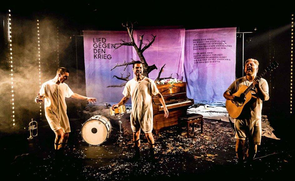 De tre medvirkende, Leif Eric Young, Jens Gotthelf og Søren Huss, kommer med en lun humor og spiller venskabeligt sammen med stor overbevisning i deres forstilte apokalypse-show. –