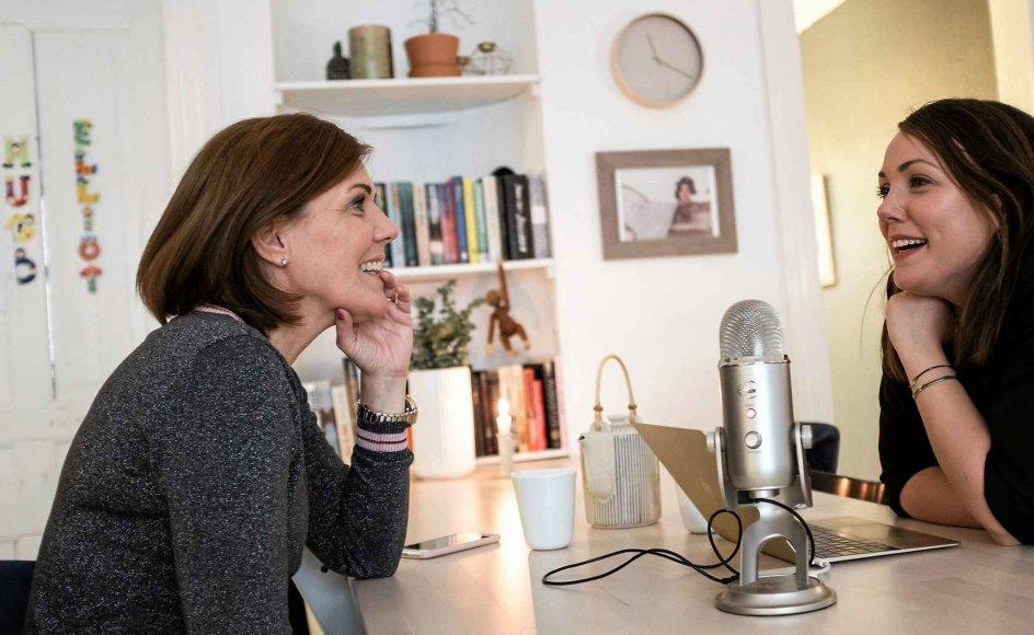 Kit Abel (tv.) og Cecilie Underbjerg er ved at lave ugens afsnit om kvindeliv og mødreliv og danmarks- og verdens- historie. –