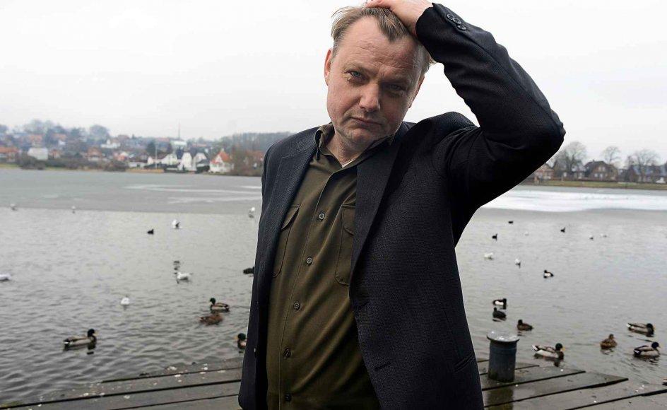 Den romanaktuelle forfatter Brian Dan Christensen er i øjeblikket tilbage i Danmark, hvor han voksede op og læste teologi, inden han skiftede spor og blev kandidat i litteratur – og flyttede til USA. –